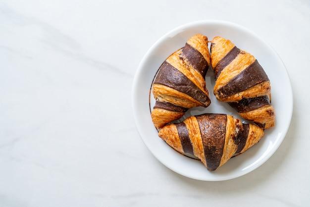 Verse croissant met chocolade op plaat