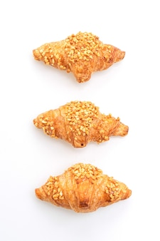 Verse croissant met pinda die op witte achtergrond wordt geïsoleerd