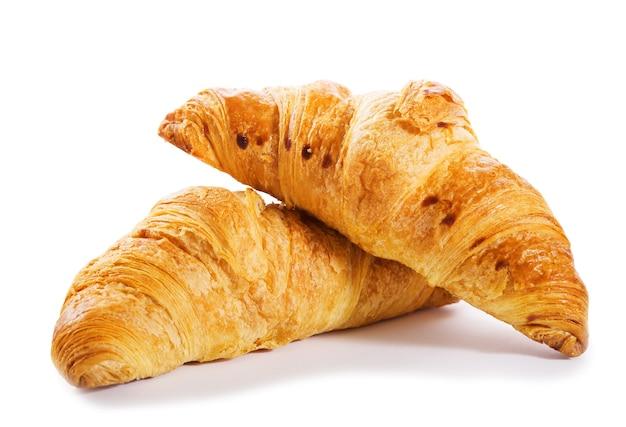 Verse croissants geïsoleerd op een witte achtergrond