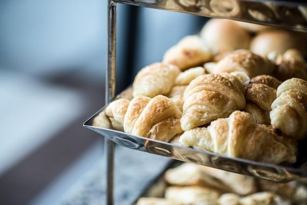 Verse croissants in een container.