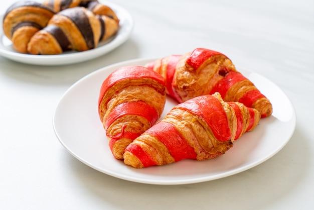 Verse croissants met aardbeienjam saus op plaat
