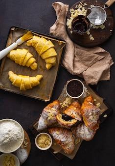Verse croissants met amandelschilfers en poedersuiker