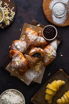 Verse croissants met chocolade bovenaanzicht