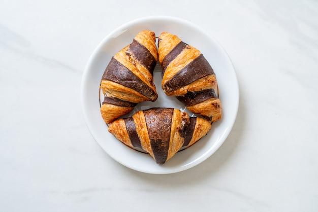 Verse croissants met chocolade op plaat