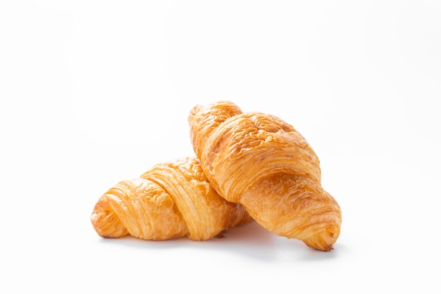 Verse croissants op een witte ondergrond.