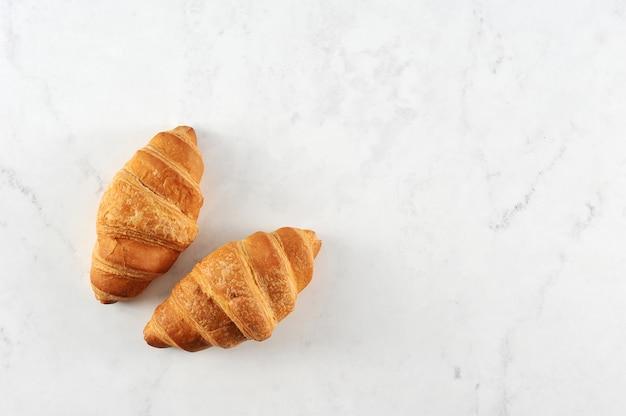 Verse croissants op wit marmer
