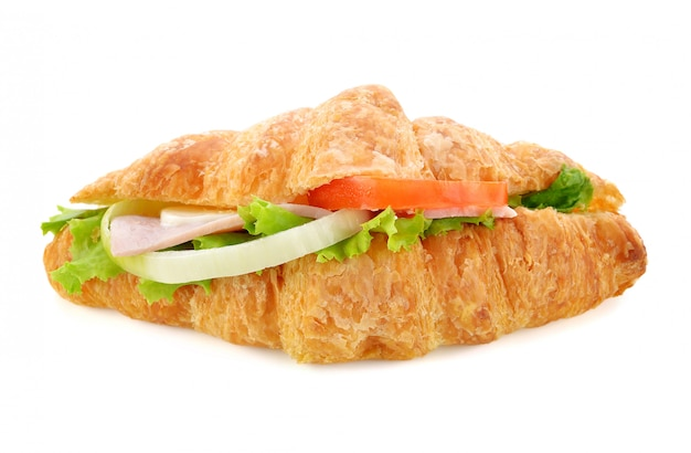 Verse croissantsandwich die op wit wordt geïsoleerd.