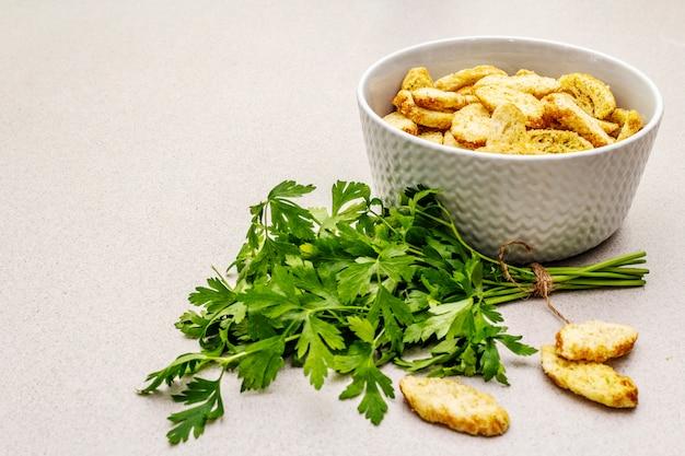 Verse croutons voor hete herfstroomsoepen