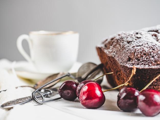 Verse cupcake, rijpe bessen van een zoete kers