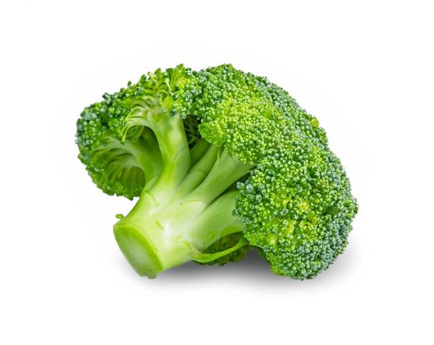 Verse die broccoli in close-up op witte achtergrond wordt geïsoleerd