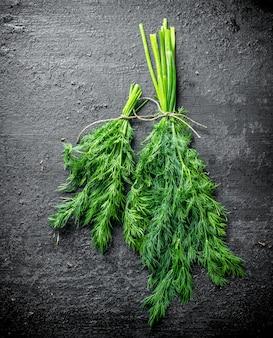 Verse dille voor de salade. op zwarte rustieke achtergrond