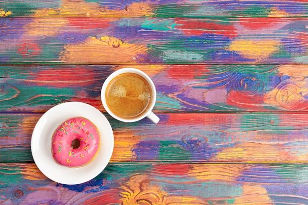 Verse doughnut met koffie op houten oppervlakte, hoogste mening