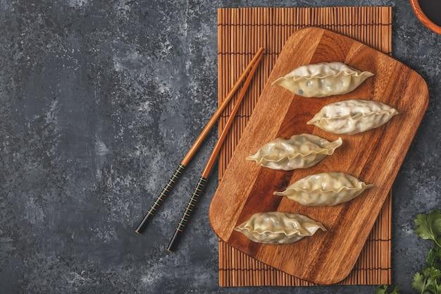 Verse dumplings op een donkere stenen achtergrond