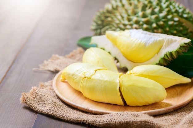 Verse durian (monthong) op zak en oude houten tafel,