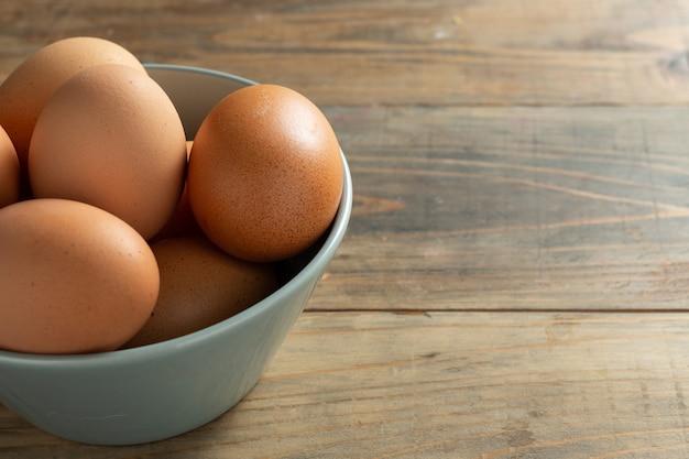 Verse eieren in kom.