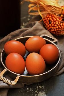 Verse eieren met maïs in vintage en rustieke stijl