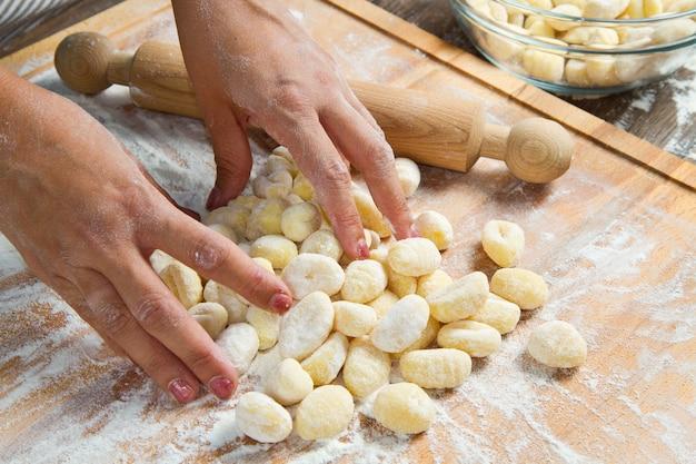 Verse eigengemaakte aardappelgnocchi klaar voor het koken