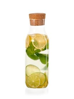 Verse eigengemaakte limonade met munt en ijs in de geïsoleerde glasfles