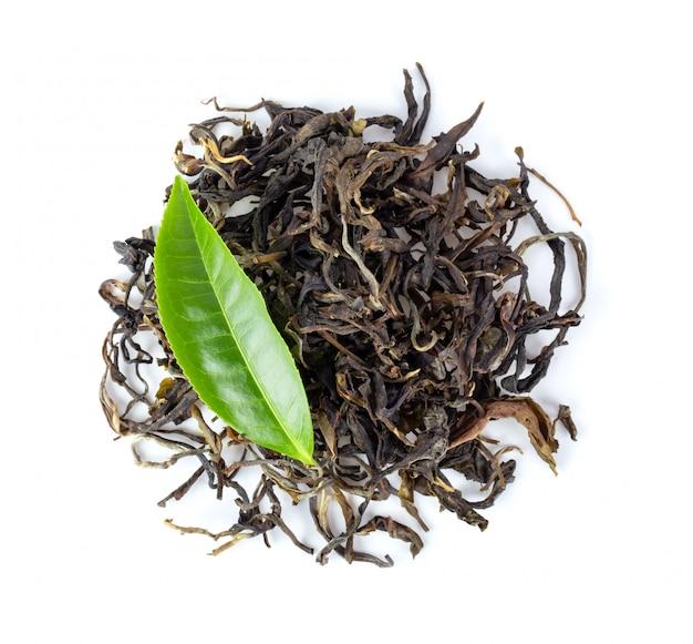 Verse en droge thee die op witte achtergrond wordt geïsoleerd. bovenaanzicht