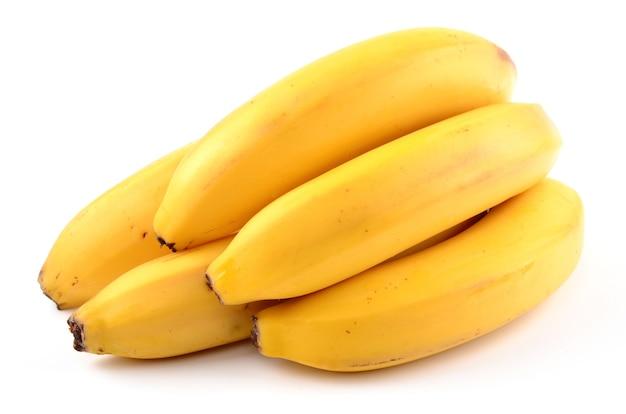 Verse en gezonde bananen die op wit worden geïsoleerd