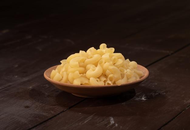 Verse en gezonde rauwe pasta op houten
