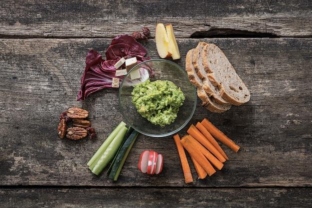 Verse en heerlijke veganistische snack van groenten en dip