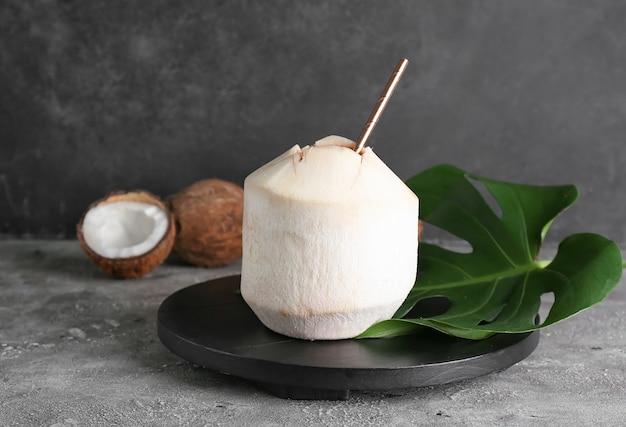 Verse en rijpe kokosnoten op grijze ondergrond