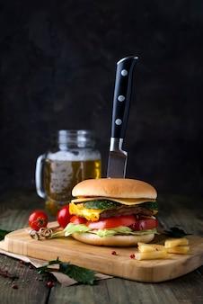 Verse en sappige hamburger op een papier