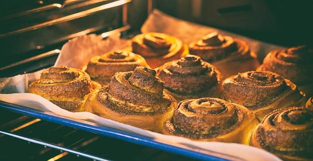 Verse en smakelijke bakkerij is koken in de oven