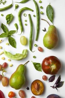 Verse en smakelijke groente op witte tafel, voedsel voor de voeding en gezondheidsvoedsel