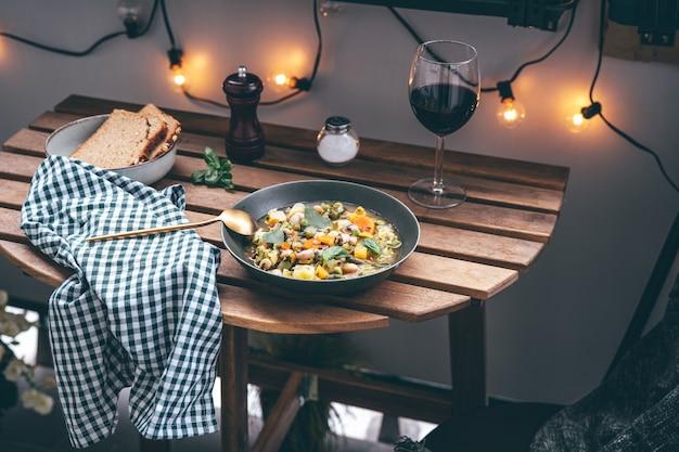 Verse en smakelijke minestronesoep die buiten wordt geserveerd