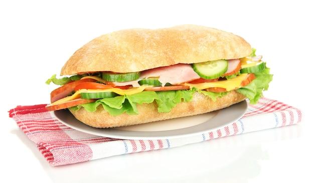 Verse en smakelijke sandwich met ham en groenten op wit wordt geïsoleerd