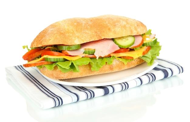 Verse en smakelijke sandwich met ham en groenten op wit