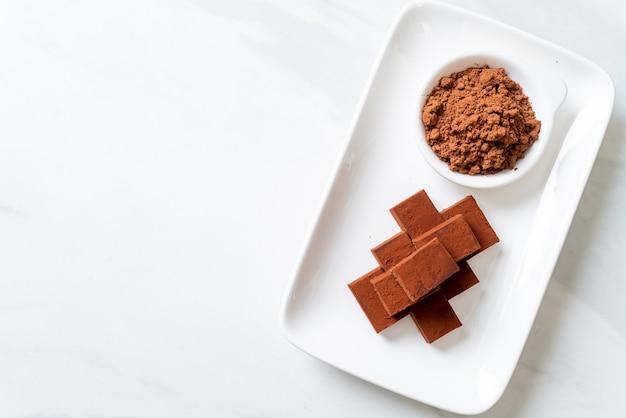 Verse en zachte chocolade met cacaopoeder