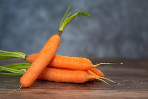 Verse en zoete wortel op een houten tafel.