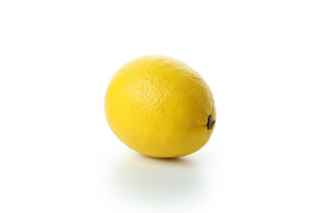 Verse enige citroen die op wit wordt geïsoleerd
