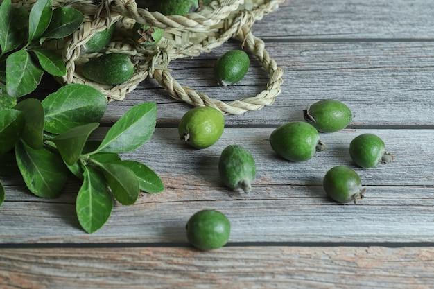 Verse feijoa-vruchten op houten lijst.