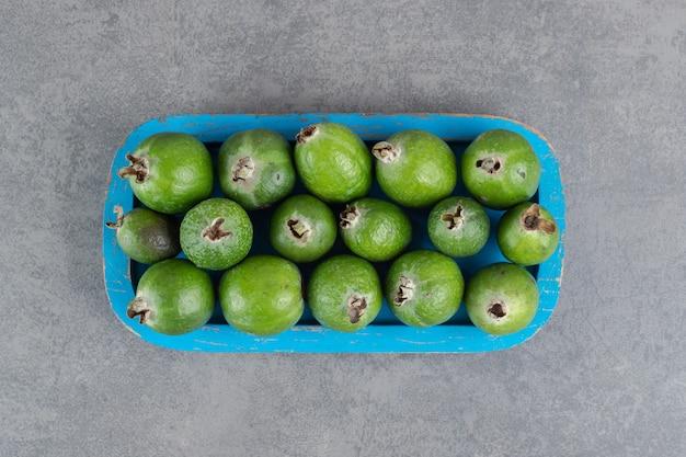 Verse feijoavruchten op blauw bord. hoge kwaliteit foto