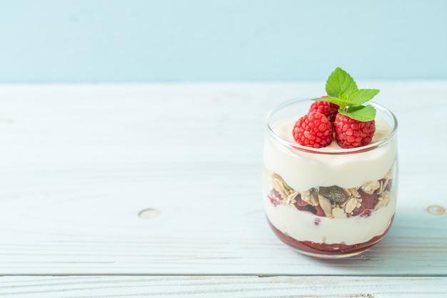 Verse framboos en yoghurt met granola - gezonde voedingsstijl