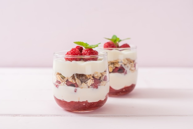 Verse frambozen en yoghurt met granola - gezonde voedingsstijl