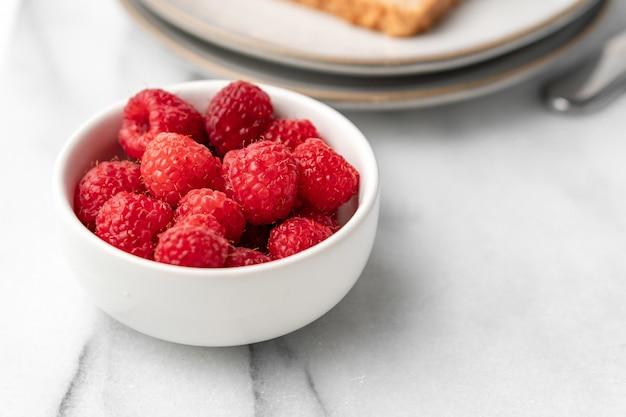 Verse frambozen op tafel voor het ontbijt