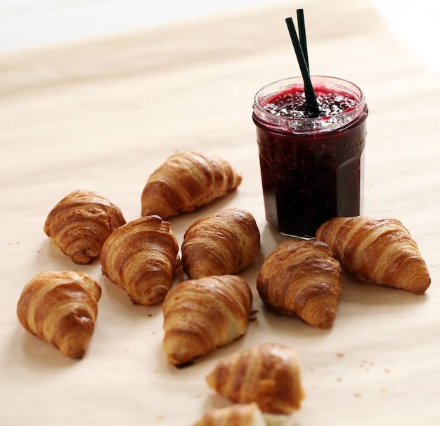 Verse franse croissants met bessenjam