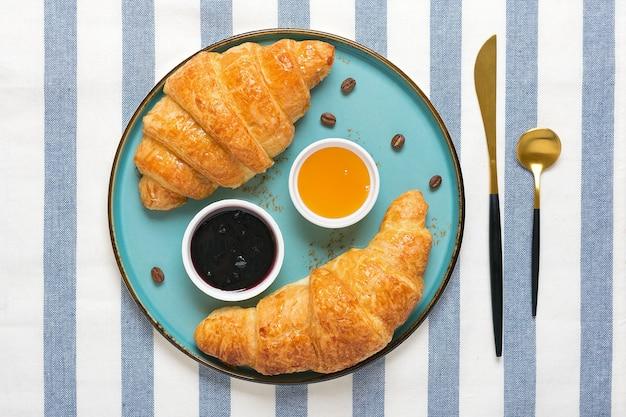 Verse franse croissants met chocolade op plaat