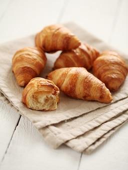 Verse franse croissants op een tafelkleed