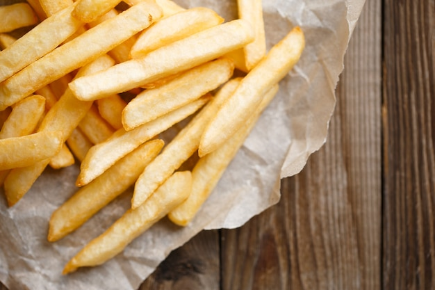Verse frietjes op houten tafel achtergrond