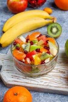 Verse fruitsalade in de kom met vers fruit.