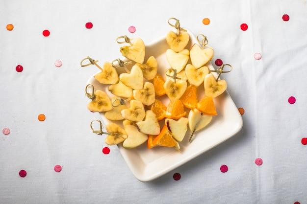 Verse fruitsalade in hartkom