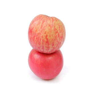 Verse fuji-appel die op een witte achtergrond wordt geïsoleerd