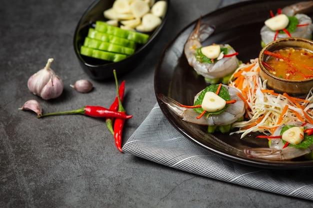 Verse garnalen die in vissensaus worden gedrenkt, thais voedsel.