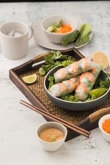 Verse garnalenbroodjes met salade en saus